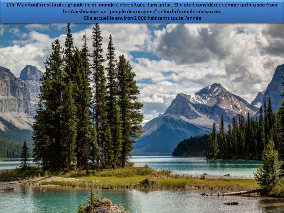 Ici, le lac Moraine, situé dans la province d'Alberta, il doit son nom au terme