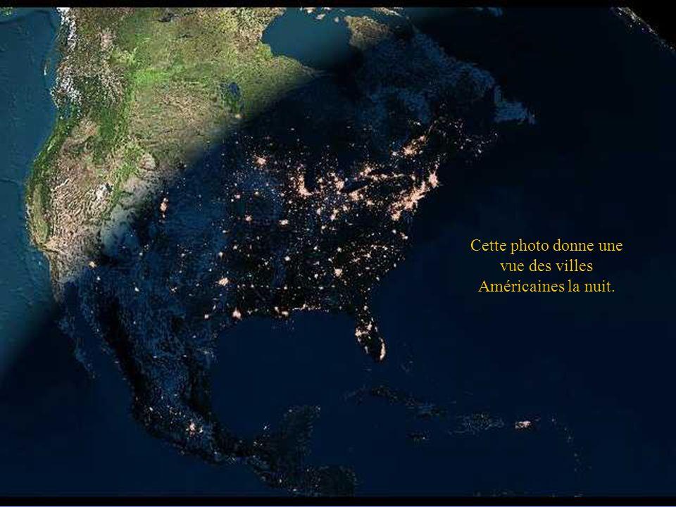 Cette photo donne une vue des villes Américaines la nuit.