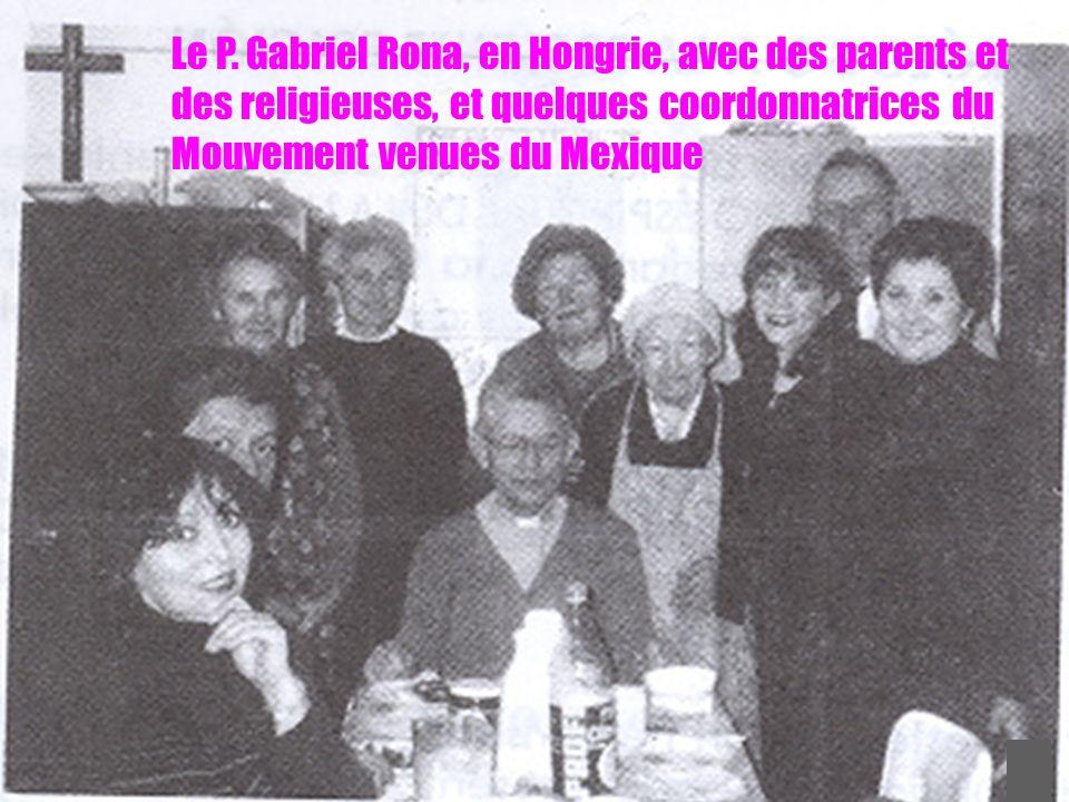 31 Le P. Gabriel Rona, en Hongrie, avec des parents et des religieuses, et quelques coordonnatrices du Mouvement venues du Mexique