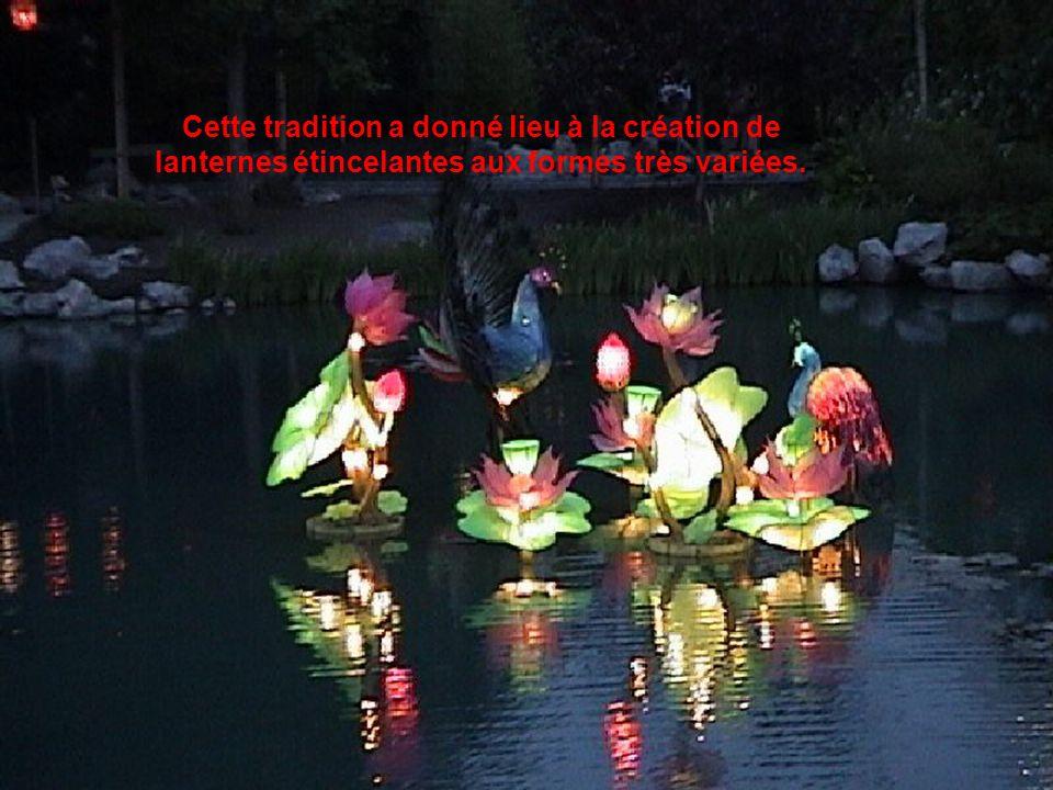 Cette tradition a donné lieu à la création de lanternes étincelantes aux formes très variées.