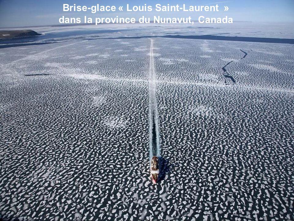 Brise-glace « Louis Saint-Laurent » dans la province du Nunavut, Canada
