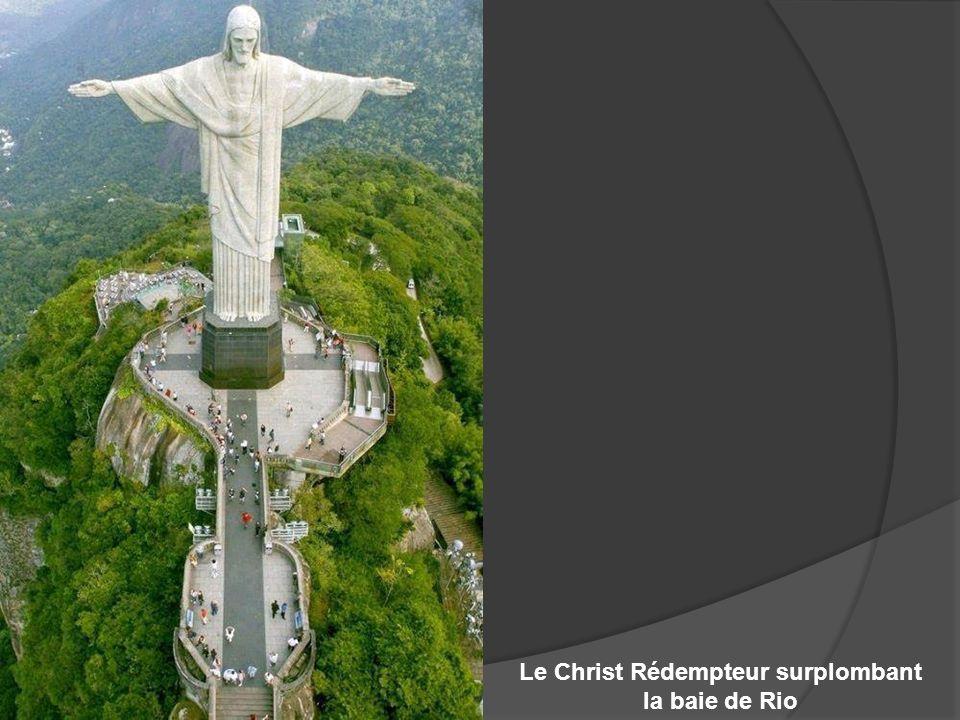 Le Christ Rédempteur surplombant la baie de Rio
