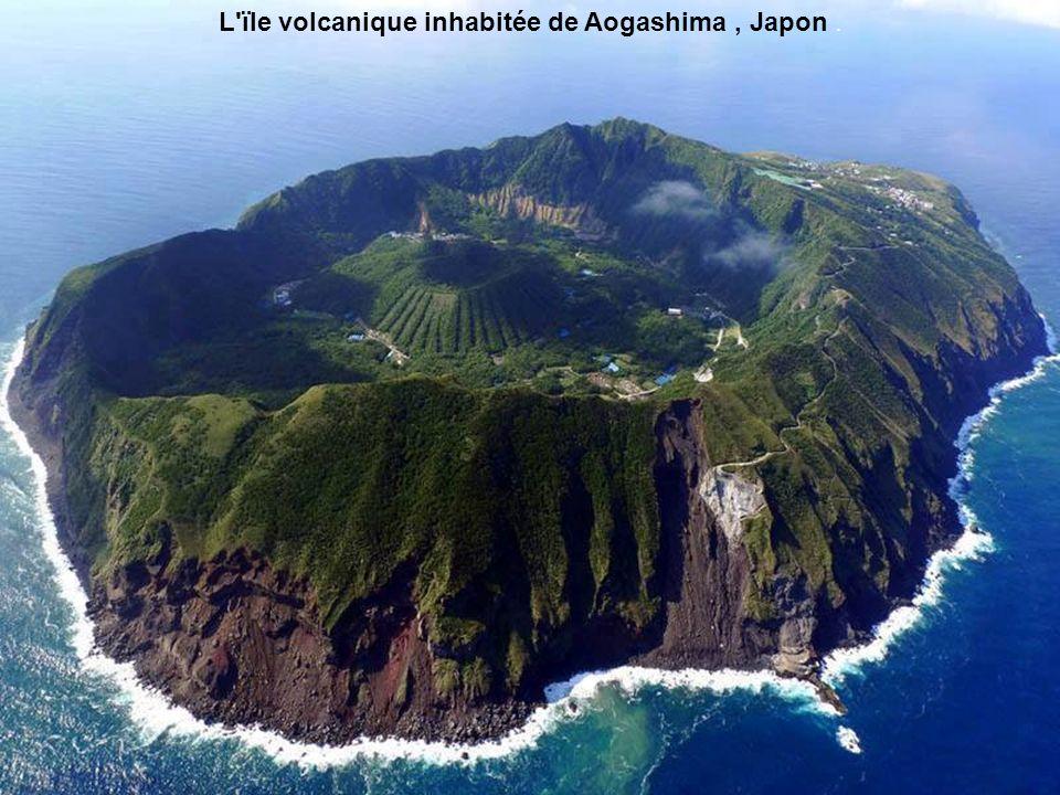 L'ïle volcanique inhabitée de Aogashima, Japon.
