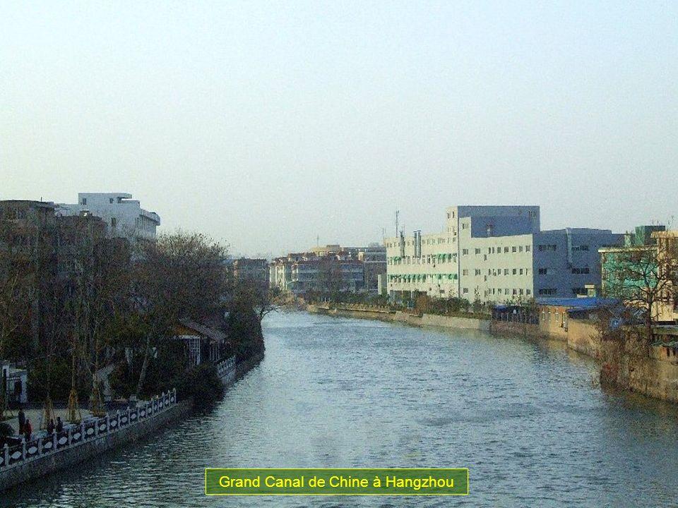 Ce canal probablement construit en lan 400 avant JC. On estime à un million le nombre douviers qui participent au travaux de construction. Le canal de
