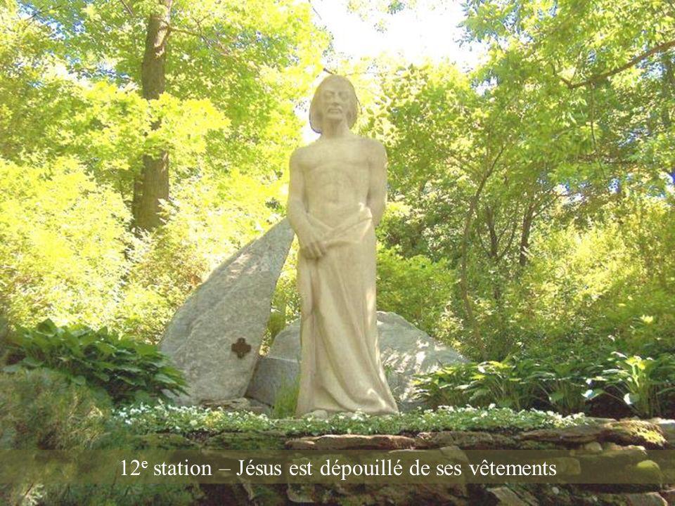 11 e station – Jésus tombe pour la troisième fois
