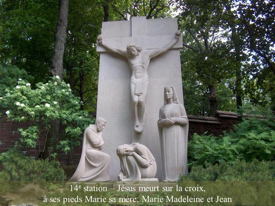 13 e station – Jésus est cloué à la croix