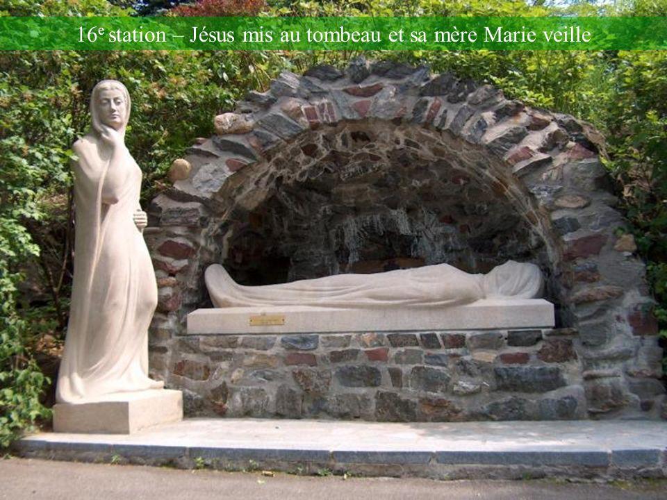 15 e station – Jésus descendu de la Croix et remis à sa mère Marie