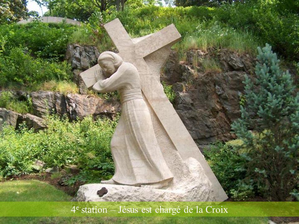 14 e station – Jésus meurt sur la croix, à ses pieds Marie sa mère, Marie Madeleine et Jean