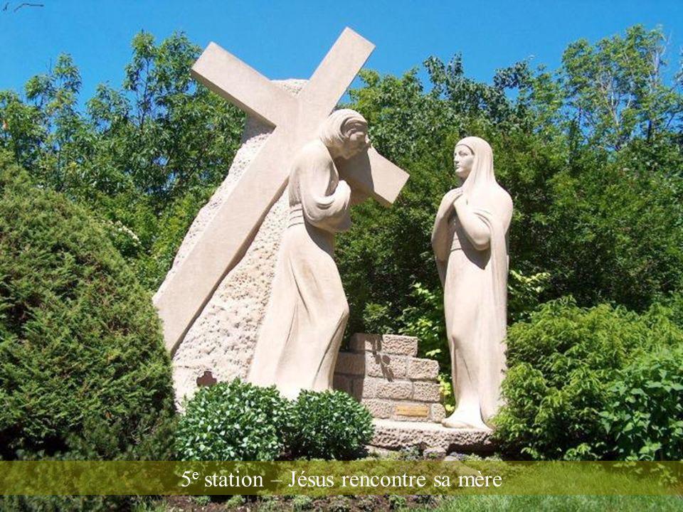 4 e station – Jésus est chargé de la Croix
