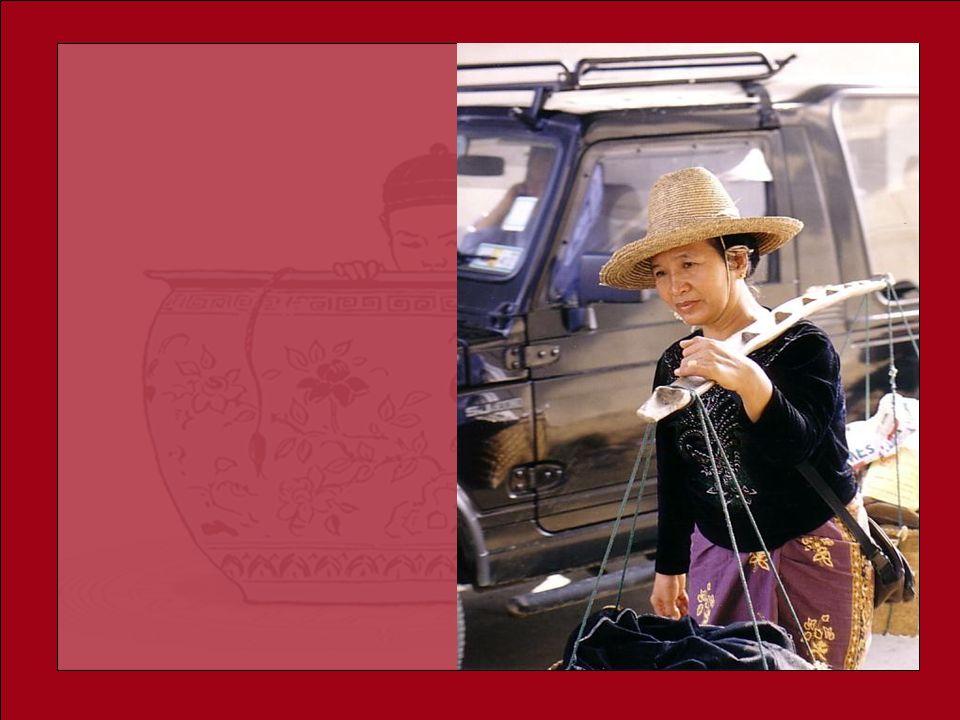 Une vieille dame chinoise possédait, deux grands pots, chacun suspendu au bout dune perche quelle transportait, appuyée sur son épaule