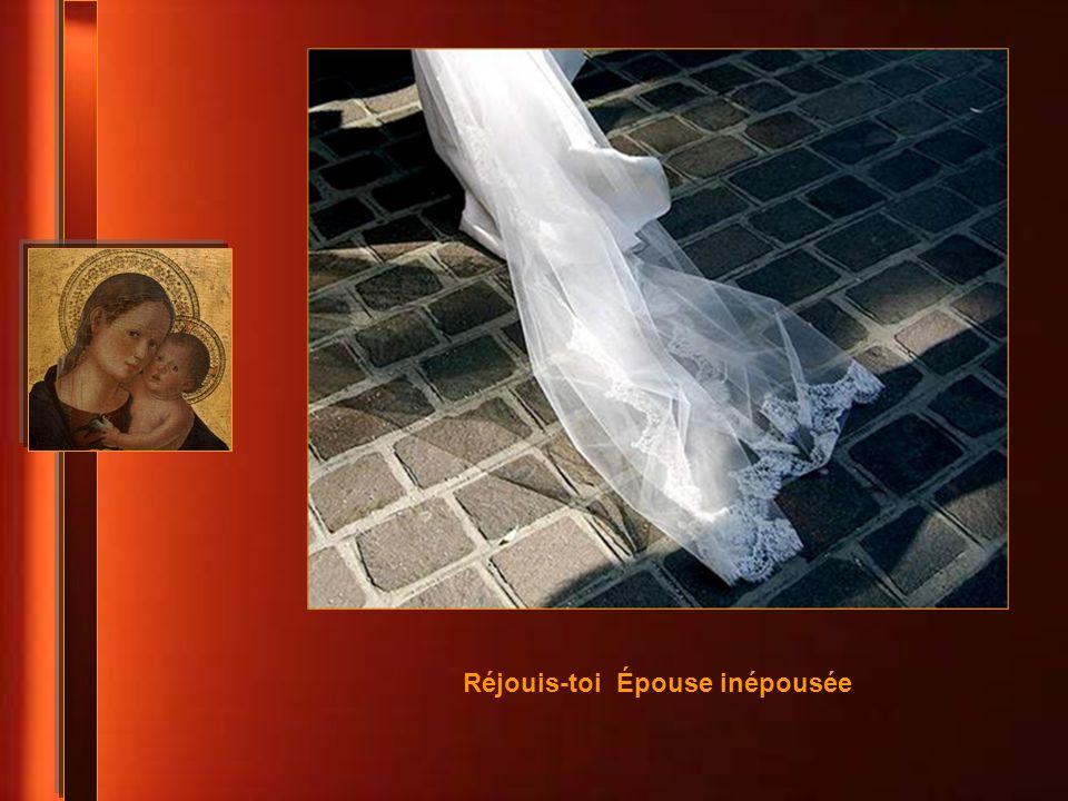 Réjouis-toi ineffable Mère de la Lumière Réjouis-toi tu as gardé en ton coeur le Mystère Réjouis-toi en qui est dépassé le savoir des savants Réjouis-