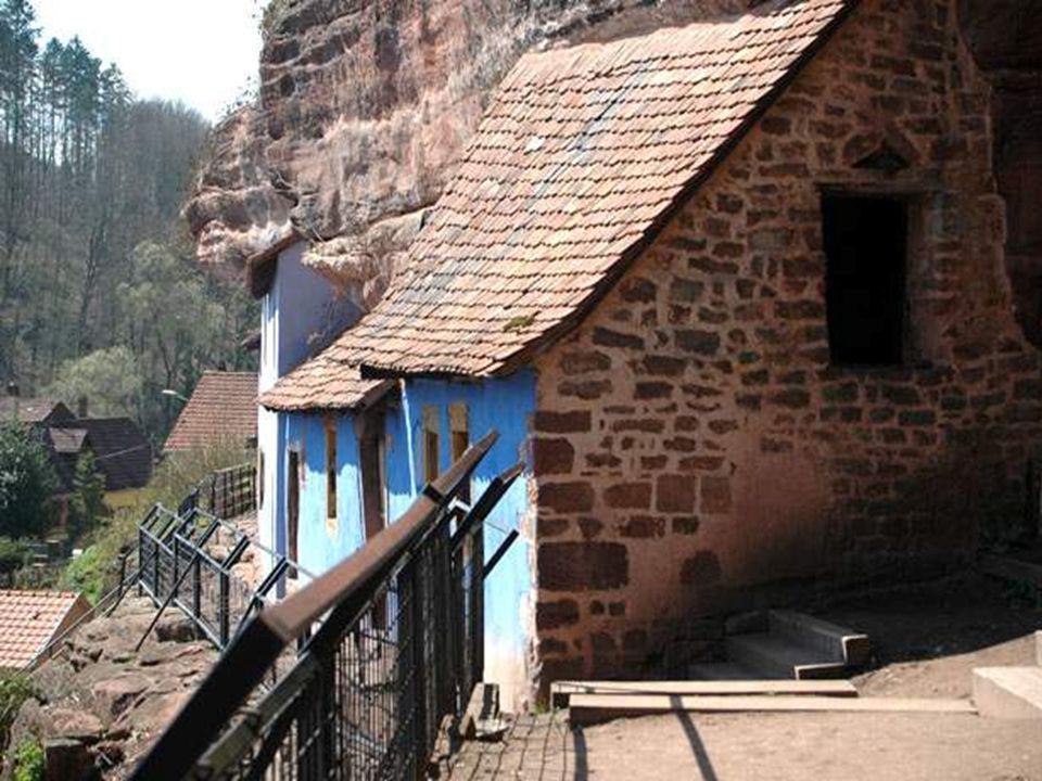 Les maisons troglodytiques de Graufthal ont été érigées là probablement dès le Moyen-Age. Elles servaient à l'origine de caves à grain pour l'abbaye b
