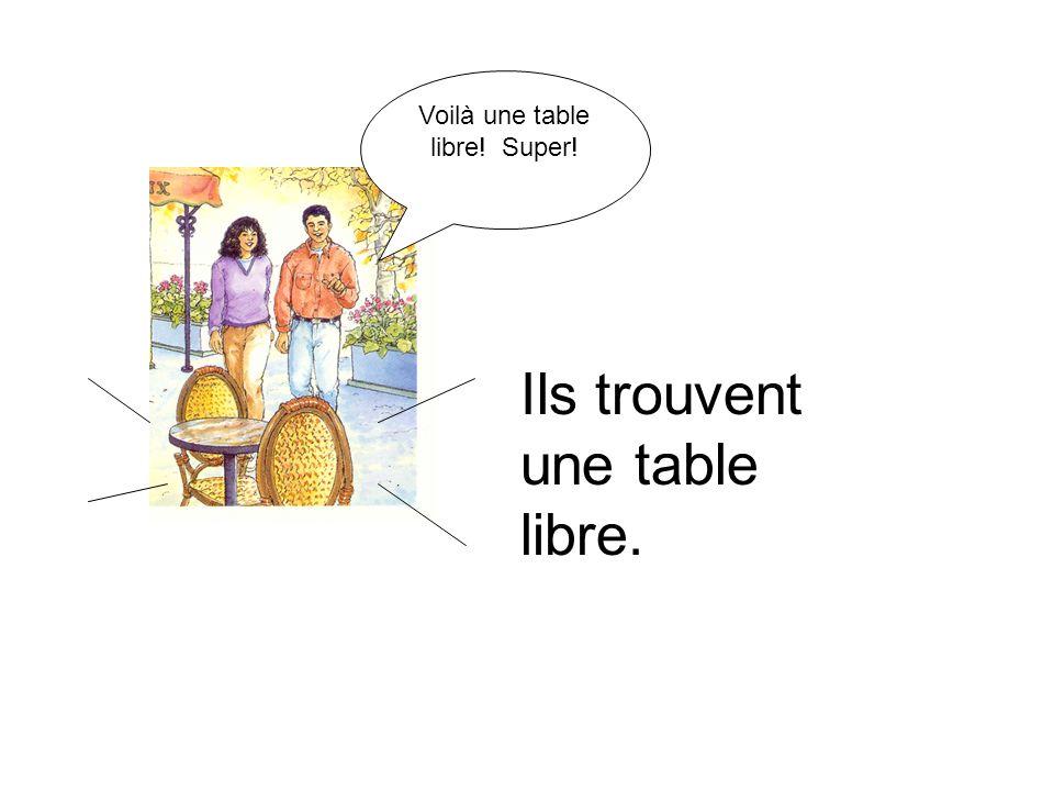 Ils trouvent une table libre. Voilà une table libre! Super!