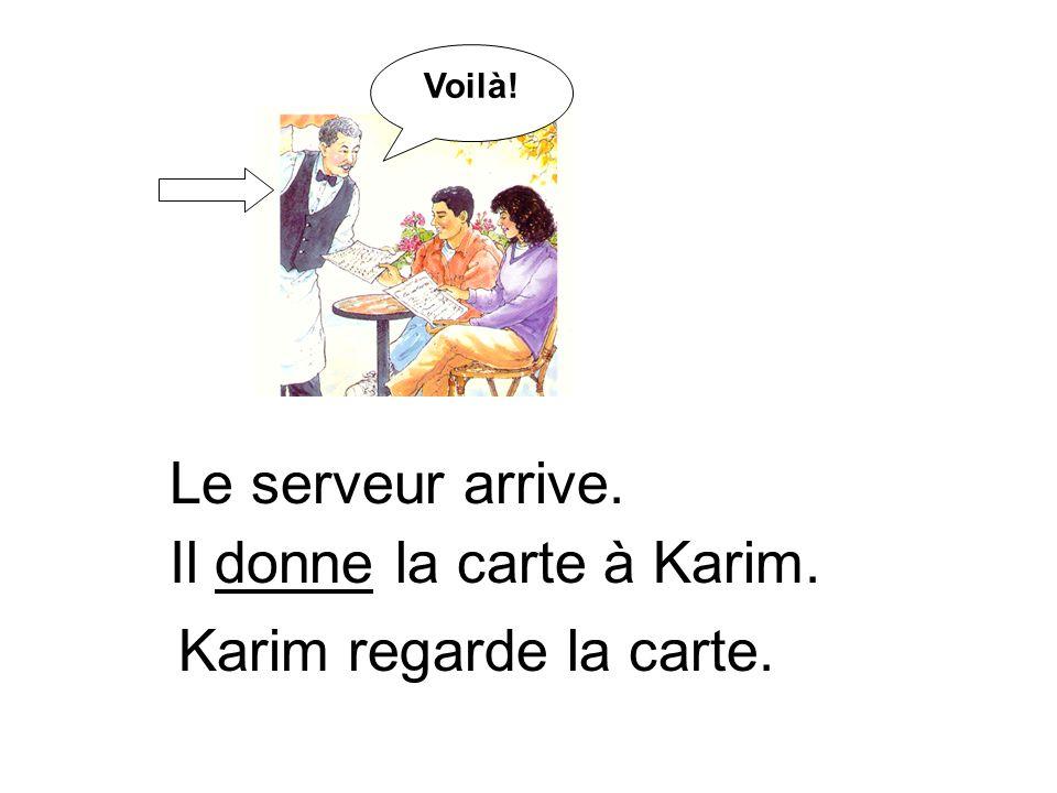 Le serveur arrive. Il donne la carte à Karim. Voilà! Karim regarde la carte.