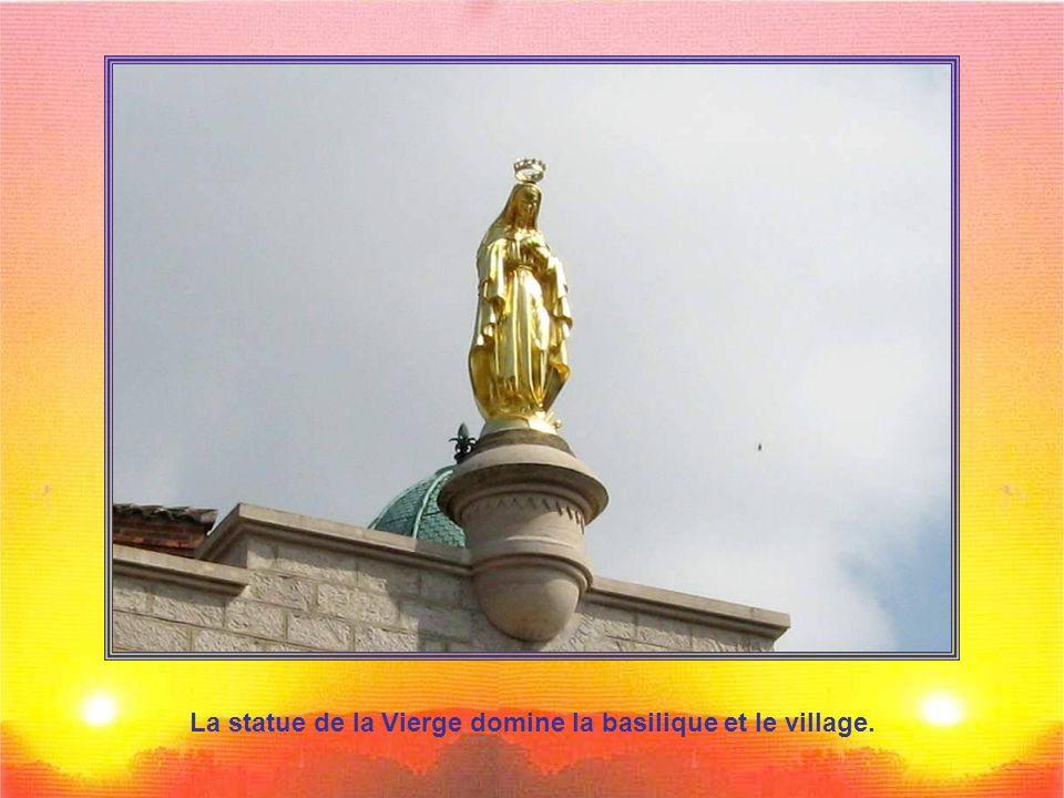 La statue de la Vierge domine la basilique et le village.