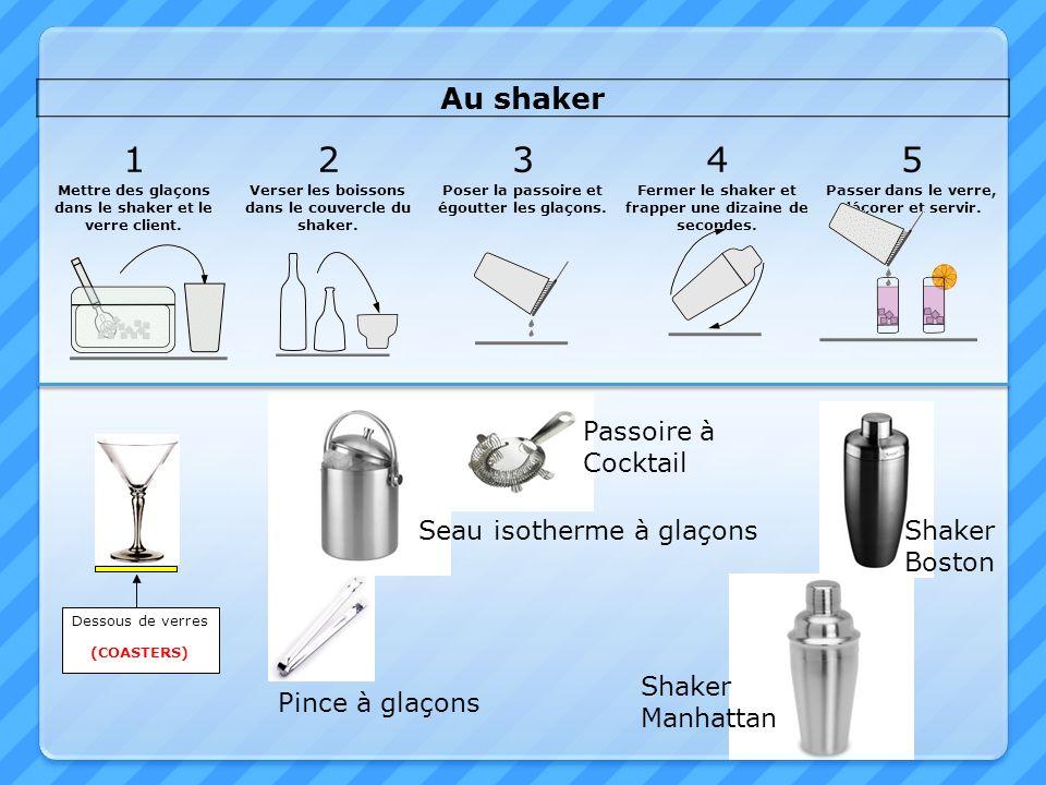 Au shaker 12345 Mettre des glaçons dans le shaker et le verre client. Verser les boissons dans le couvercle du shaker. Poser la passoire et égoutter l