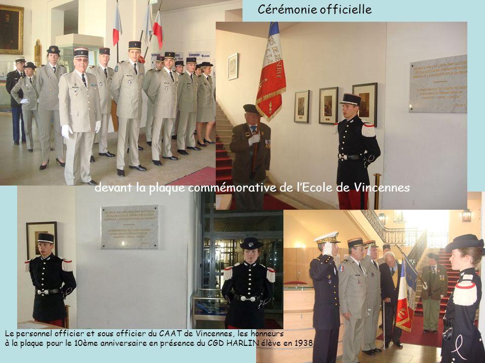 Cérémonie officielle devant la plaque commémorative de lEcole de Vincennes Le personnel officier et sous officier du CAAT de Vincennes, les honneurs à