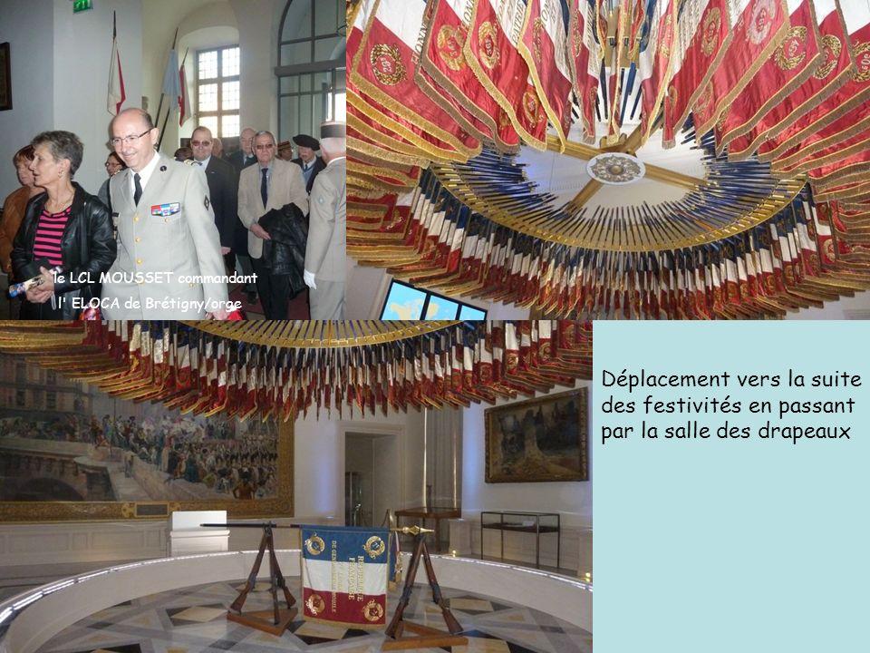 Déplacement vers la suite des festivités en passant par la salle des drapeaux le LCL MOUSSET commandant l' ELOCA de Brétigny/orge