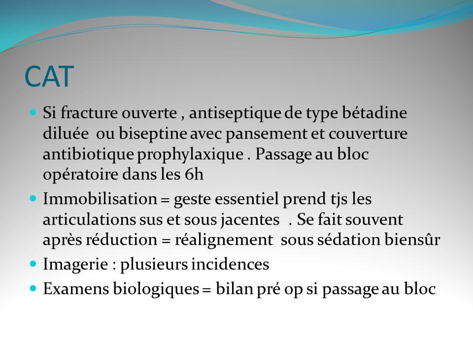 CAT Si fracture ouverte, antiseptique de type bétadine diluée ou biseptine avec pansement et couverture antibiotique prophylaxique.