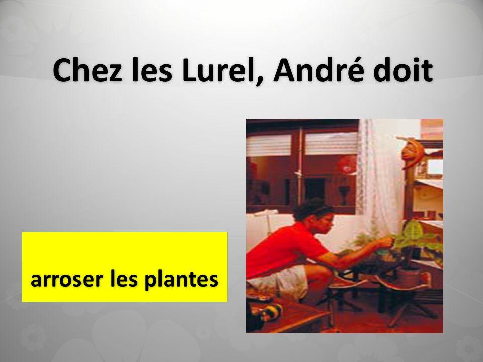 Chez les Lurel, André doit arroser les plantes