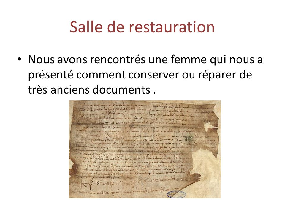 Salle de restauration Nous avons rencontrés une femme qui nous a présenté comment conserver ou réparer de très anciens documents.