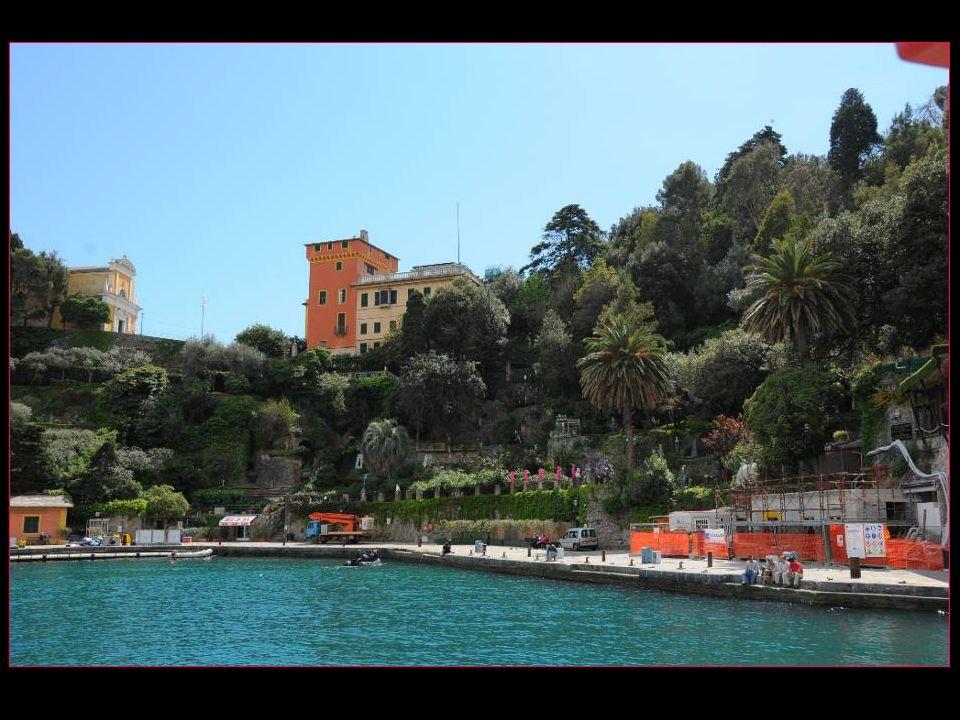 Guy de Maupassant tomba sous le charme de Portofino : jamais je nai senti une impression de béatitude aussi grande et décrivait Portofino comme un arc de lune autour dun bassin calme