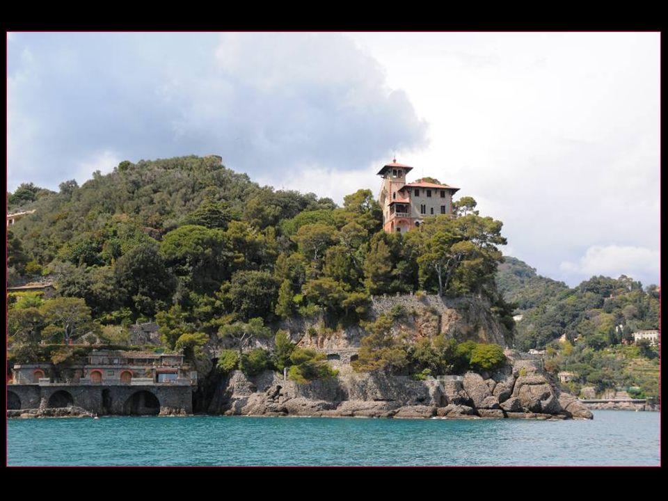 Portofino est situé au fond du promontoire de Portofino, à 36 km de Gênes