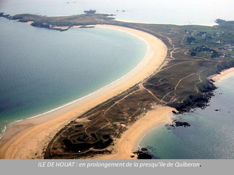 BELLE ILE Le Palais : capitale de Belle Ile avec le port surplombé par la citadelle Vauban. Les plages de sable fin, protégées par les falaises.