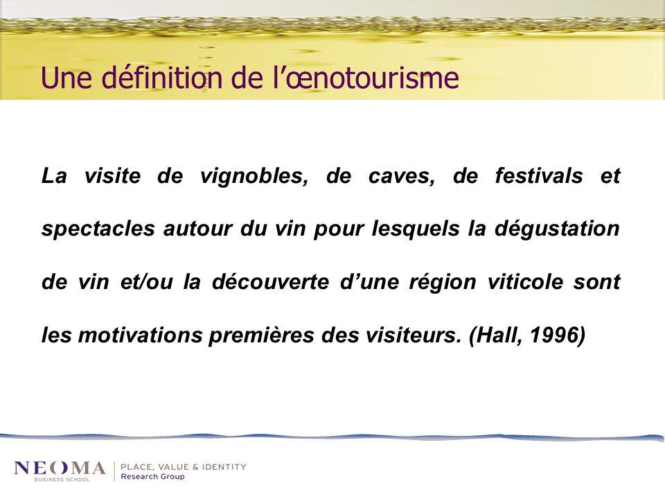 Une définition de lœnotourisme La visite de vignobles, de caves, de festivals et spectacles autour du vin pour lesquels la dégustation de vin et/ou la découverte dune région viticole sont les motivations premières des visiteurs.