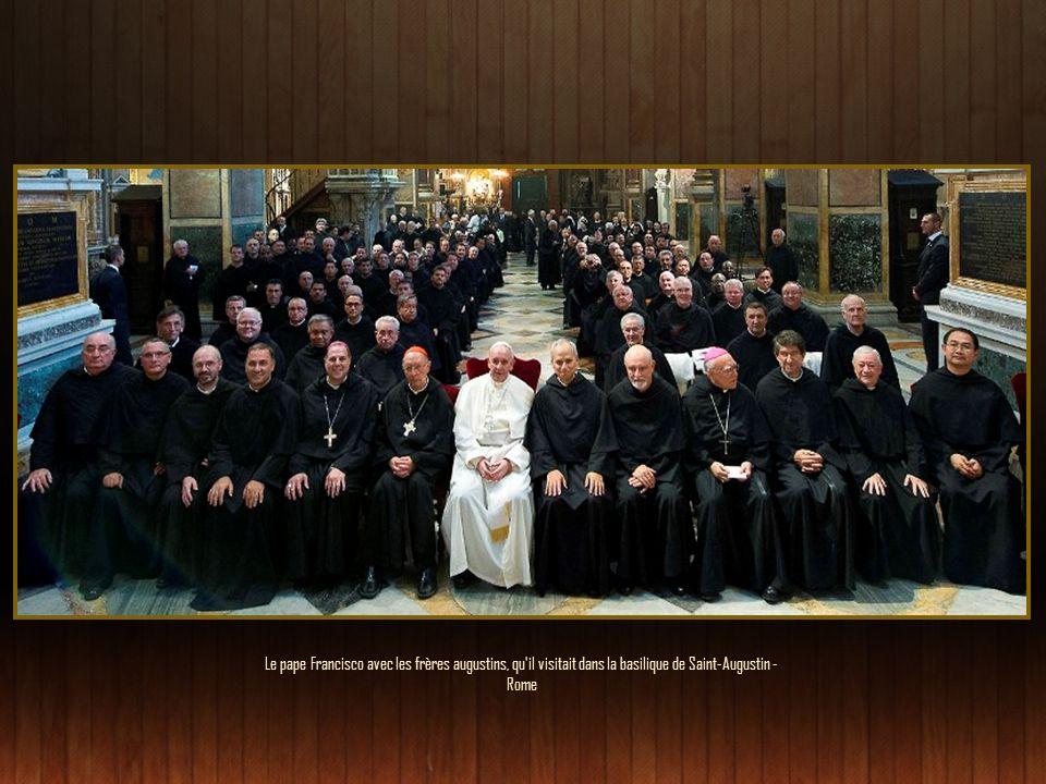 Collégialité et primat de Pierre Il faut cheminer ensemble : les gens, les évêques et le Pape. La synodalité doit être vécue à divers niveaux. Peut-êt