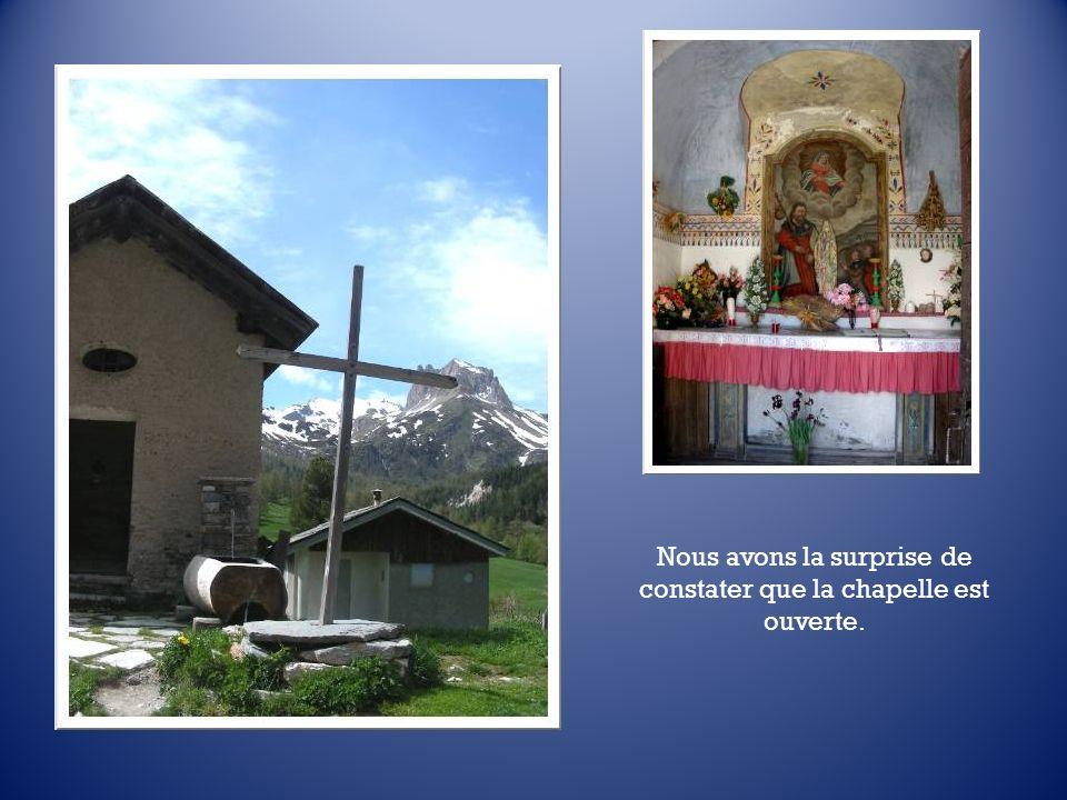 Du balcon, un coup dœil sur la petite chapelle « San Giacomo ». Vite, descendons la voir…