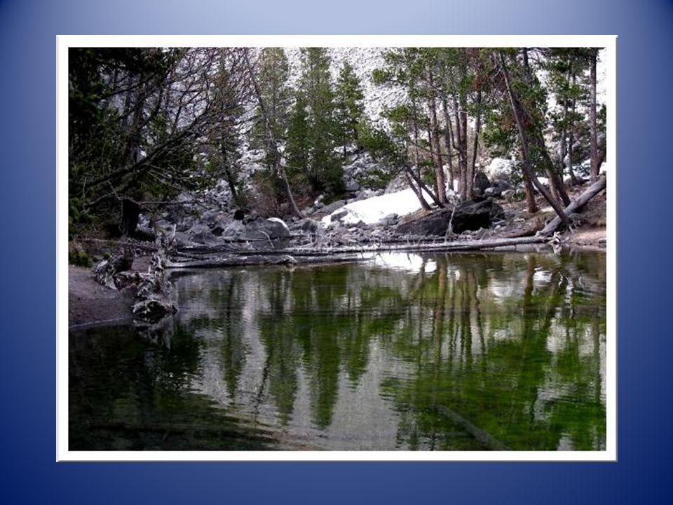 Après un dernier effort, un passage un peu raide dans les rochers, nous dominons enfin le petit lac…