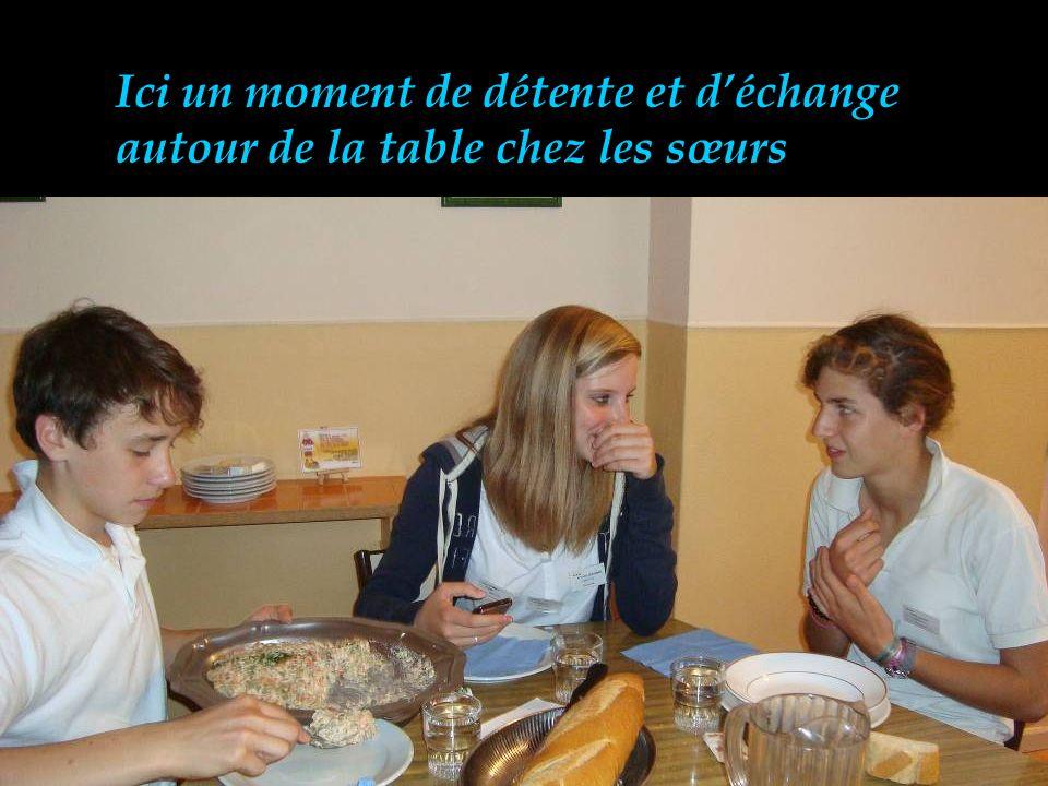 Ici un moment de détente et déchange autour de la table chez les sœurs