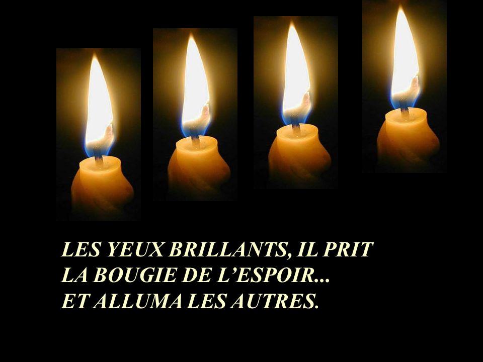 ALORS, LA QUATRIÈME BOUGIE LUI DIT: - NAIES PAS PEUR, TANT QUE MA FLAMME BRÛLE, NOUS POURRONS ALLUMER LES AUTRES BOUGIES, JE SUIS LESPOIR!