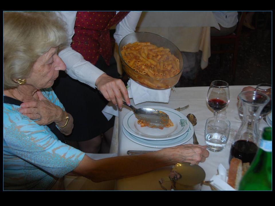 Lentrée avec les pâtes à litalienne soit pennes sauce bolognaise
