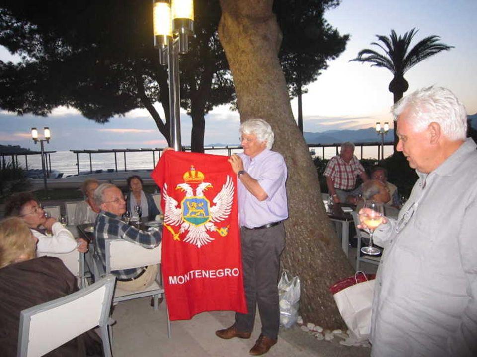 Un drapeau du Monténégro pour André et un petit sac en coton humoristique.