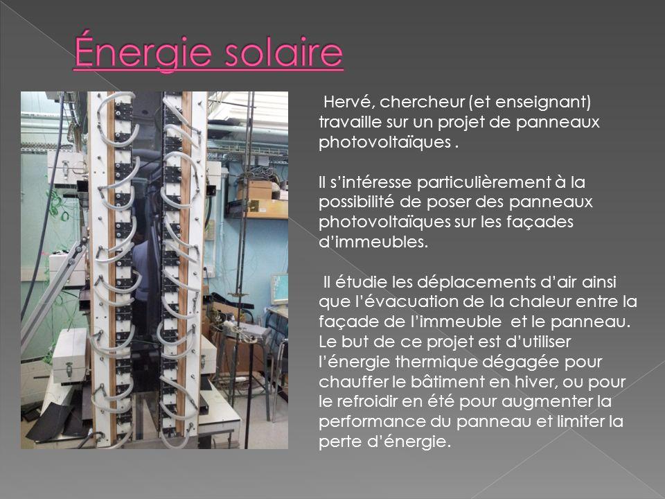 Hervé, chercheur (et enseignant) travaille sur un projet de panneaux photovoltaïques.