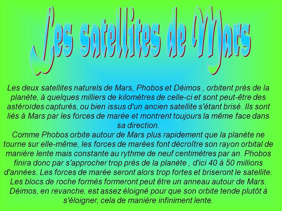 Les deux satellites naturels de Mars, Phobos et Déimos, orbitent près de la planète, à quelques milliers de kilomètres de celle-ci et sont peut-être d