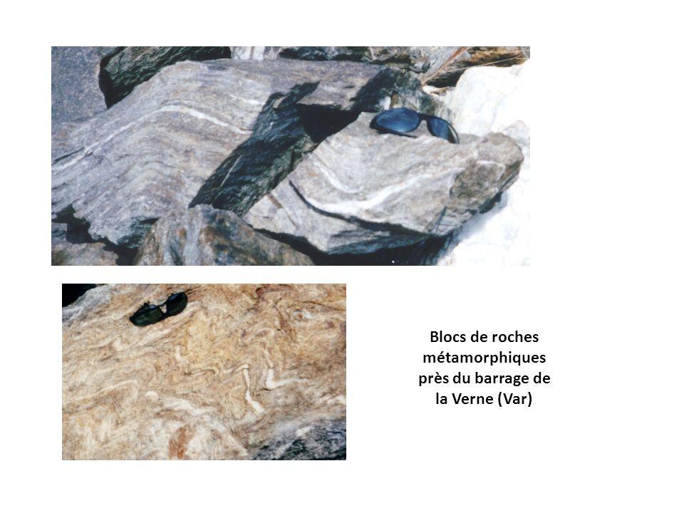 Blocs de roches métamorphiques près du barrage de la Verne (Var)