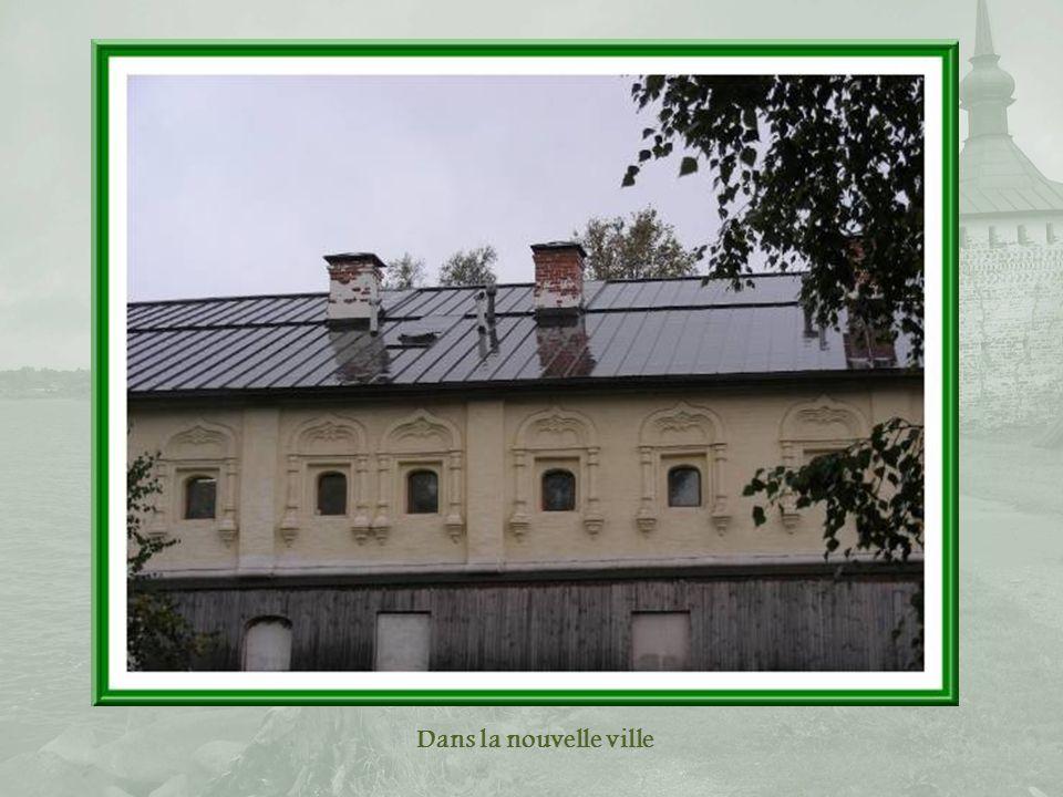 Bâtiments adossés à la muraille avec, en haut à gauche « Slant Tower » (tour penchée) et à droite la tour de Moscou.