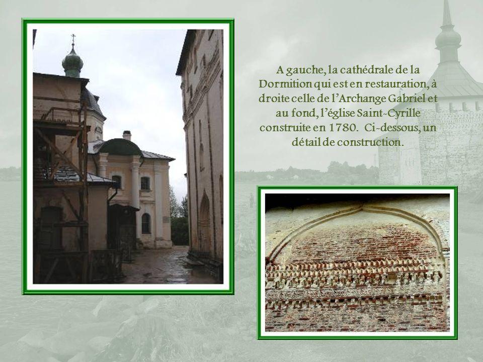 Dans léglise Saint-Gabriel où les touristes peuvent bénéficier dun concert de musique sacrée, les portraits dIvan le Terrible à gauche et de son fils Féodor.