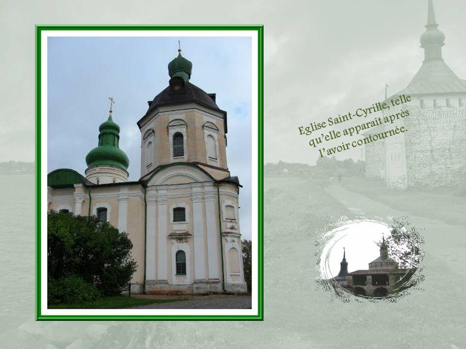 Des dalles mortuaires jalonnent le passage entre la cathédrale de la Dormition et celle de lArchange Gabriel…