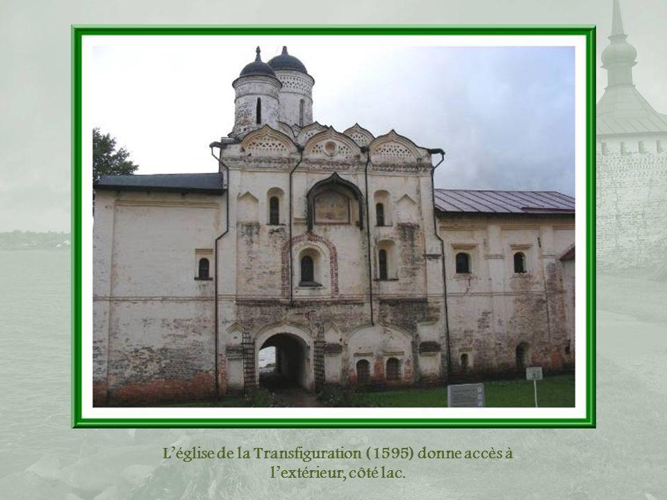 Eglise Saint-Cyrille, telle quelle apparaît après lavoir contournée.