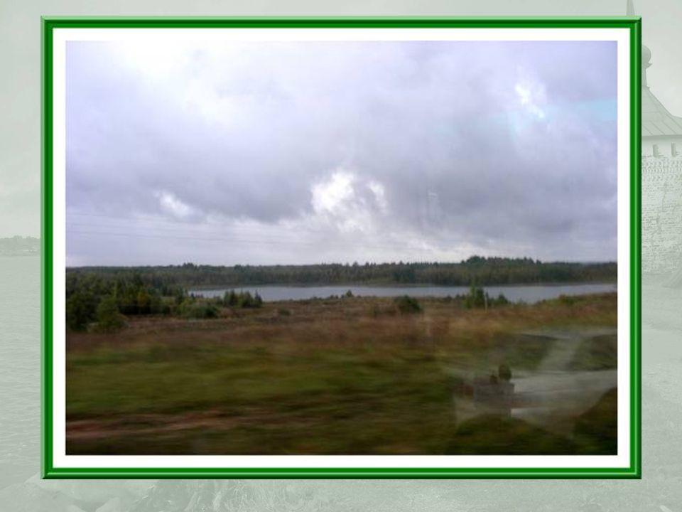 La route entre Goritsy et Kirillov évoque étrangement pour moi, celles du nord du Québec, par son tracé et son environnement constellé de lacs… (photos prises en roulant)