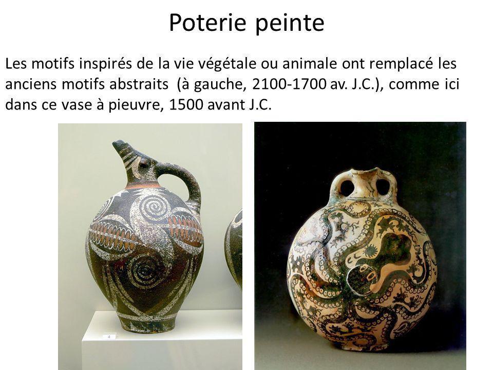 Poterie peinte Les motifs inspirés de la vie végétale ou animale ont remplacé les anciens motifs abstraits (à gauche, 2100-1700 av. J.C.), comme ici d