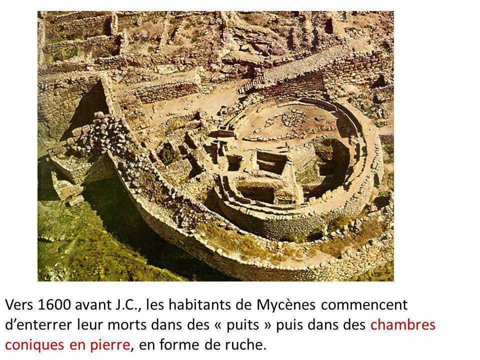 Vers 1600 avant J.C., les habitants de Mycènes commencent denterrer leur morts dans des « puits » puis dans des chambres coniques en pierre, en forme