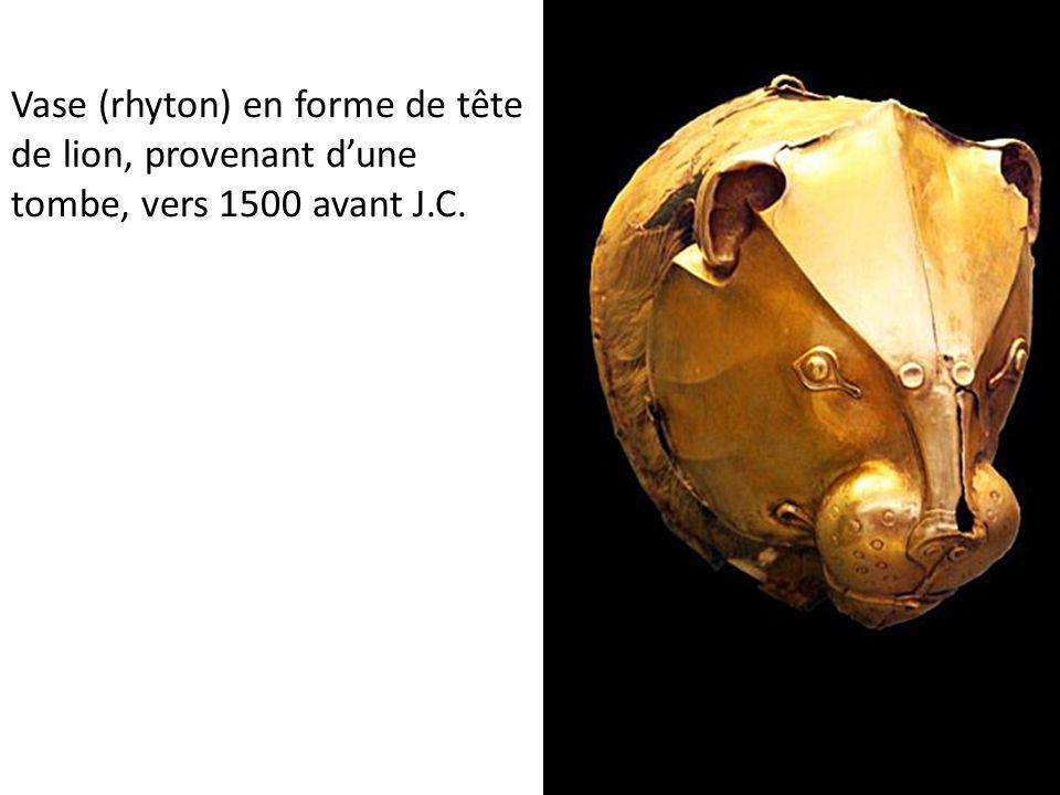 Vase (rhyton) en forme de tête de lion, provenant dune tombe, vers 1500 avant J.C.