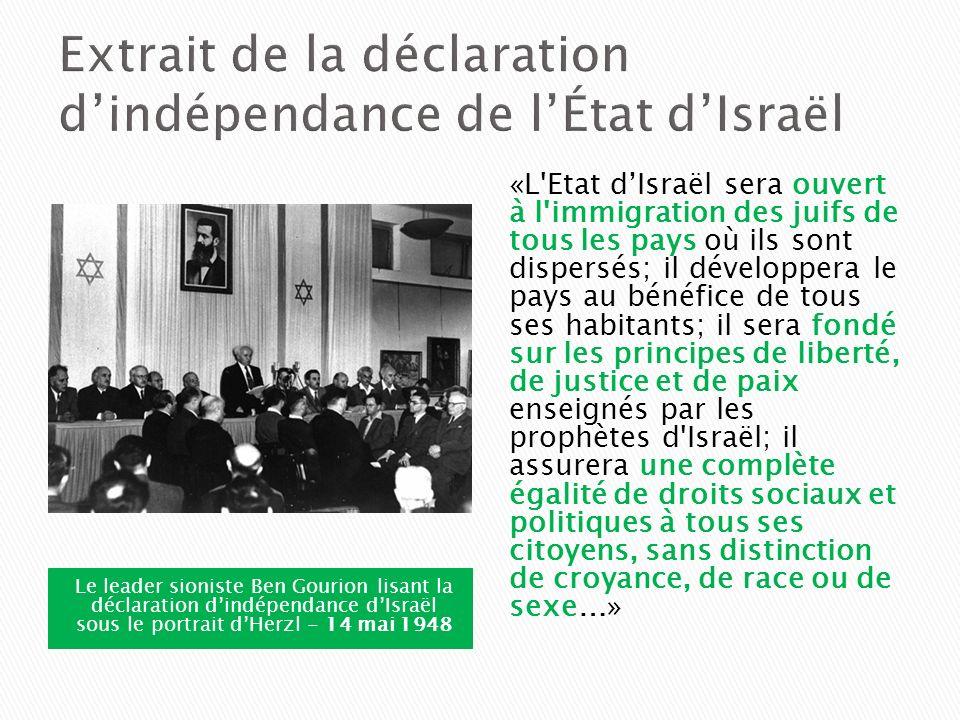 Le leader sioniste Ben Gourion lisant la déclaration dindépendance dIsraël sous le portrait dHerzl - 14 mai 1948 «L'Etat dIsraël sera ouvert à l'immig