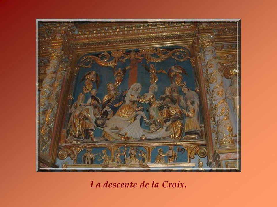 Dans la chapelle on peut admirer le maître-autel qui offre un très beau retable en bois doré du XVIème siècle, avec, en son centre, une descente de la Croix.