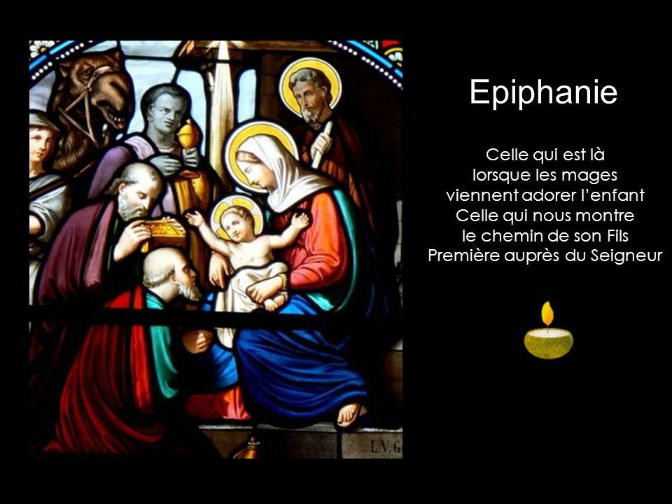 Celle qui donne vie au Christ Amour étendu sur la paille Celle qui est présente au fil des jours lorsque Jésus travaille Nativité
